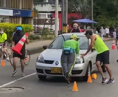 Mujer borracha ciclovía Medellín.png