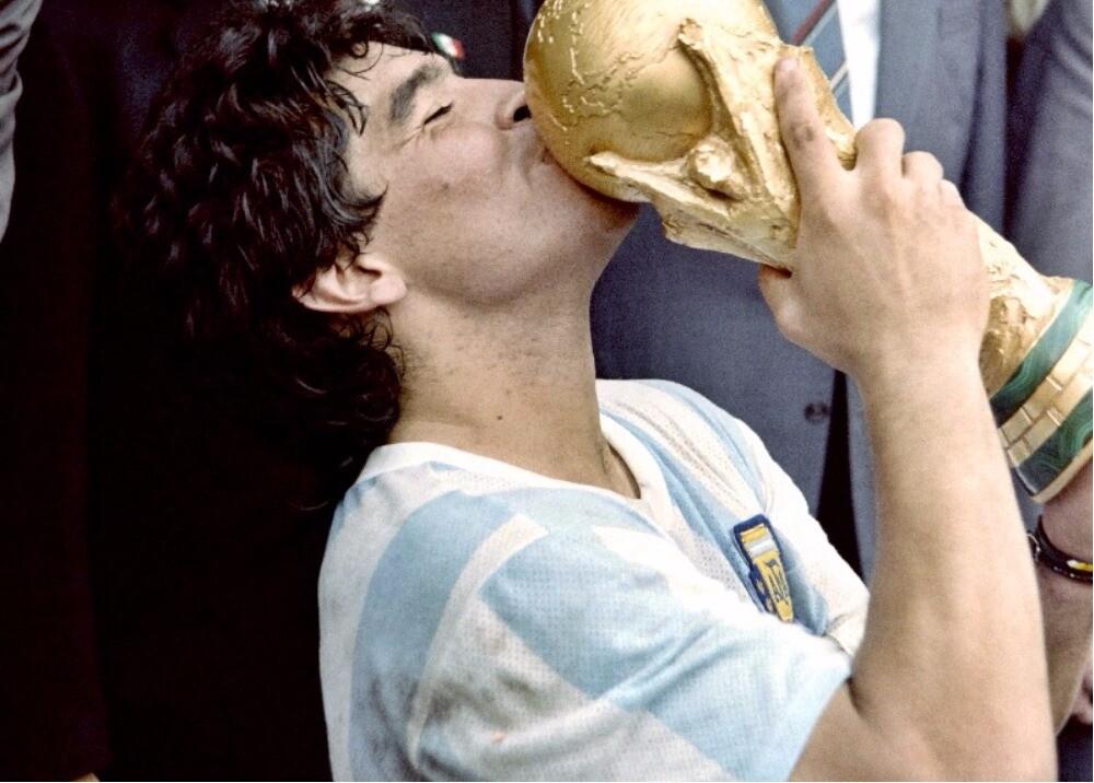 288169_Maradona celebra con Argentina el Mundial de 1986 - AFP