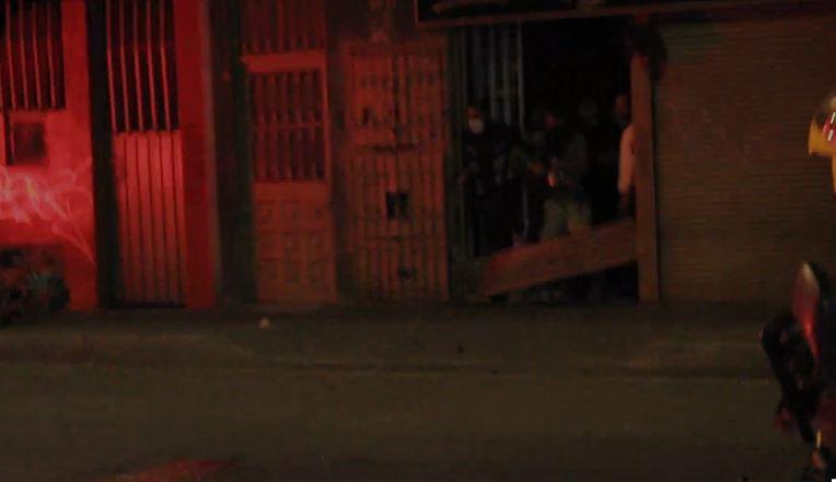 Personas lanzan objetos a la Policía en medio de procedimiento por fiestas clandestinas.JPG