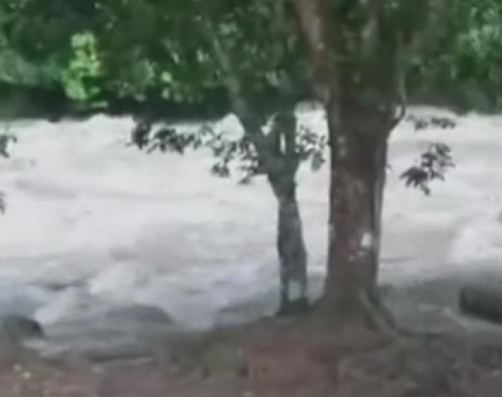 335514_BLU Radio. Buscan a dos jóvenes arrastrados por el río Mutatá / Foto: Captura de video