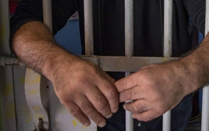 hombre en prision.jpg
