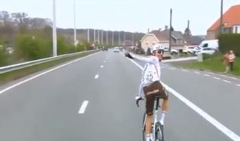 Michael Schar fue descalificado del Tour de Flandes por darle un bidón a un hincha.