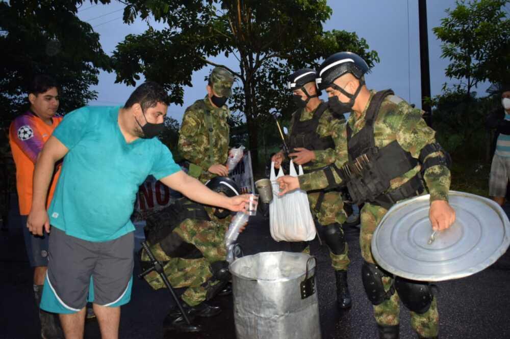 solados dando alimento a manifestantes en caqueta imag.jpeg