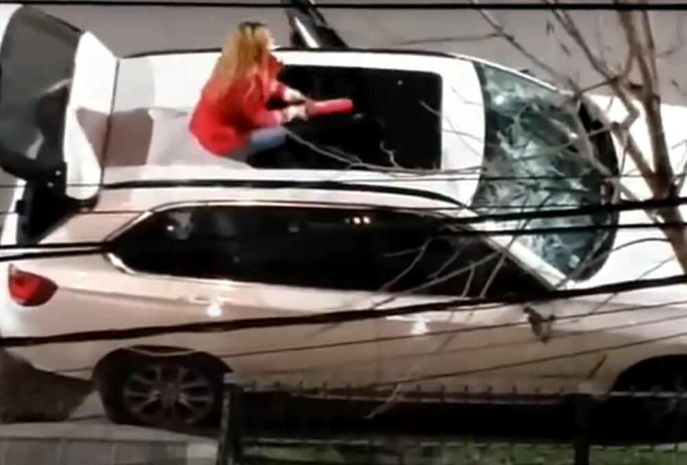 Enfurecida mujer destrozó camioneta BMW en Argentina