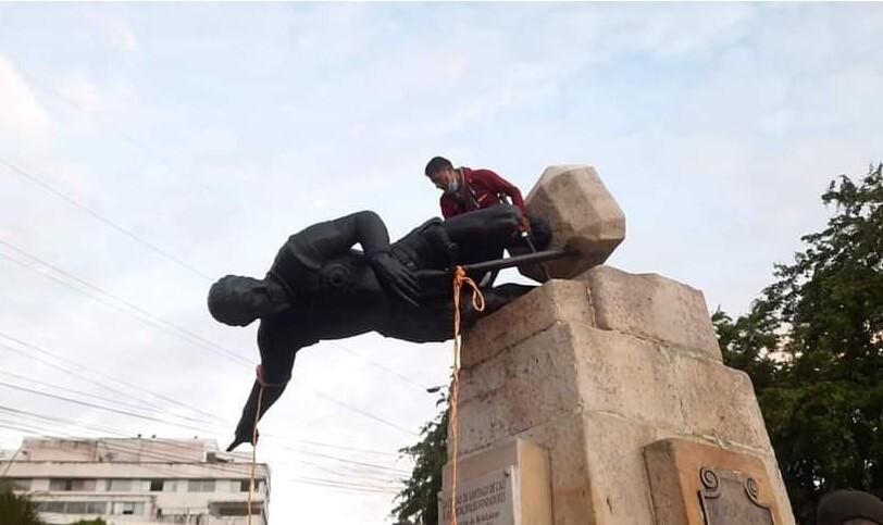 Derriban estatua de Sebastián de Belalcázar en Cali