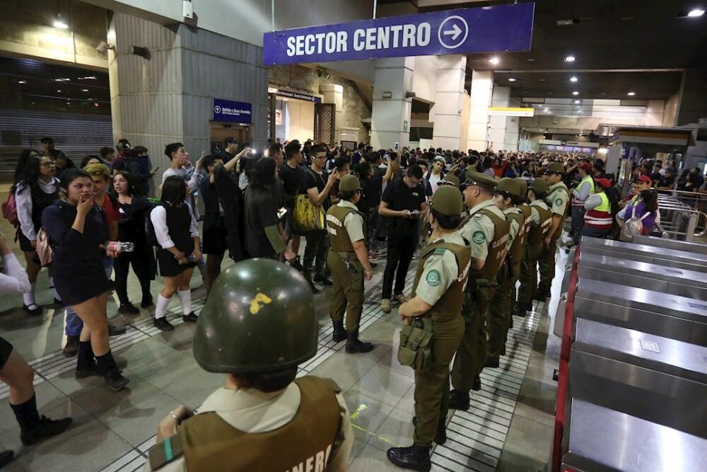 346272_BLU Radio. Fuertes disturbios en Santiago de Chile por alza en precio del pasaje del metro // Foto: EFE