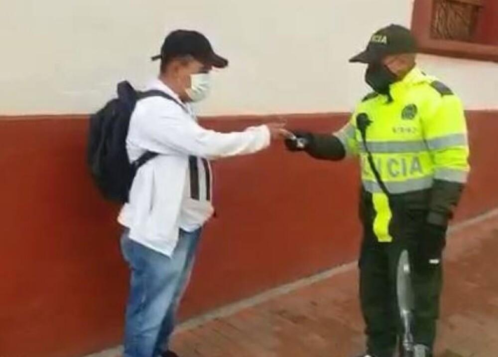 370610_Patrullero Jefferson Parra entregó a su dueño el dinero que encontró - Foto: Policía de Bogotá