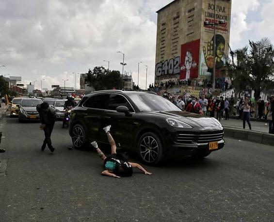 Hombre atropelló a manifestante en Los Héroes, en Bogotá..jpeg