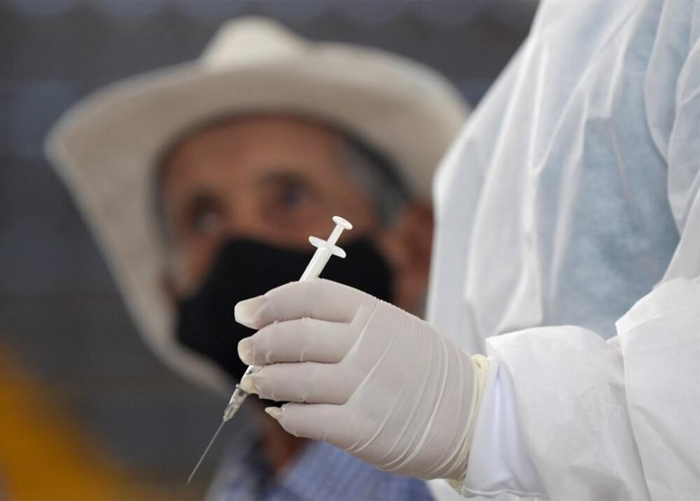 Vacunación de adultos mayores en Bogotá Foto AFP.jpg