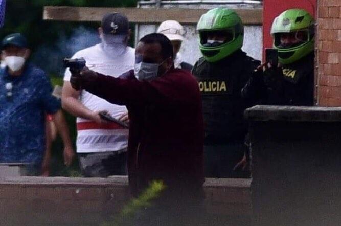 Civil armado dispara en medio de la pasividad de policías
