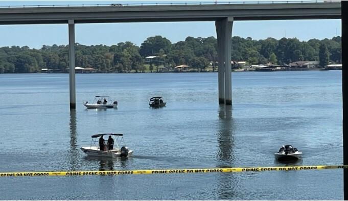 Mujer arrojó a dos de sus hijos a un lago desde un puente