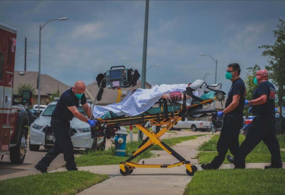 Mujer atacada en camilla para ser trasladada al hospital.jpg