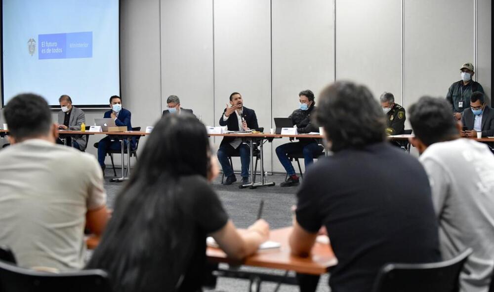 Ministro Daniel Palacio reunido con jóvenes en Medellín..jpeg