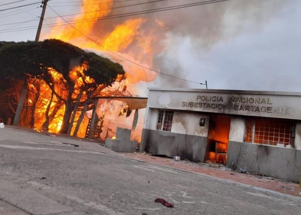 Vándalos quemaron la subestación de Policía de Catagenita en Facatativá Foto Captura de video.jpg