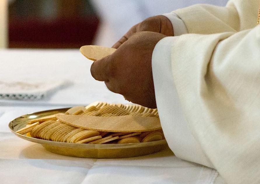 padre anuncia que deja de ser sacerdote porque se enamoró de una mujer