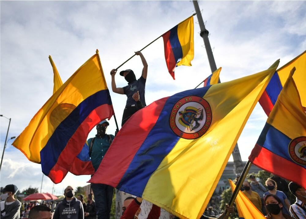 Protestas en Colombia. Ciudadanos ondeando la bandera de Colombia