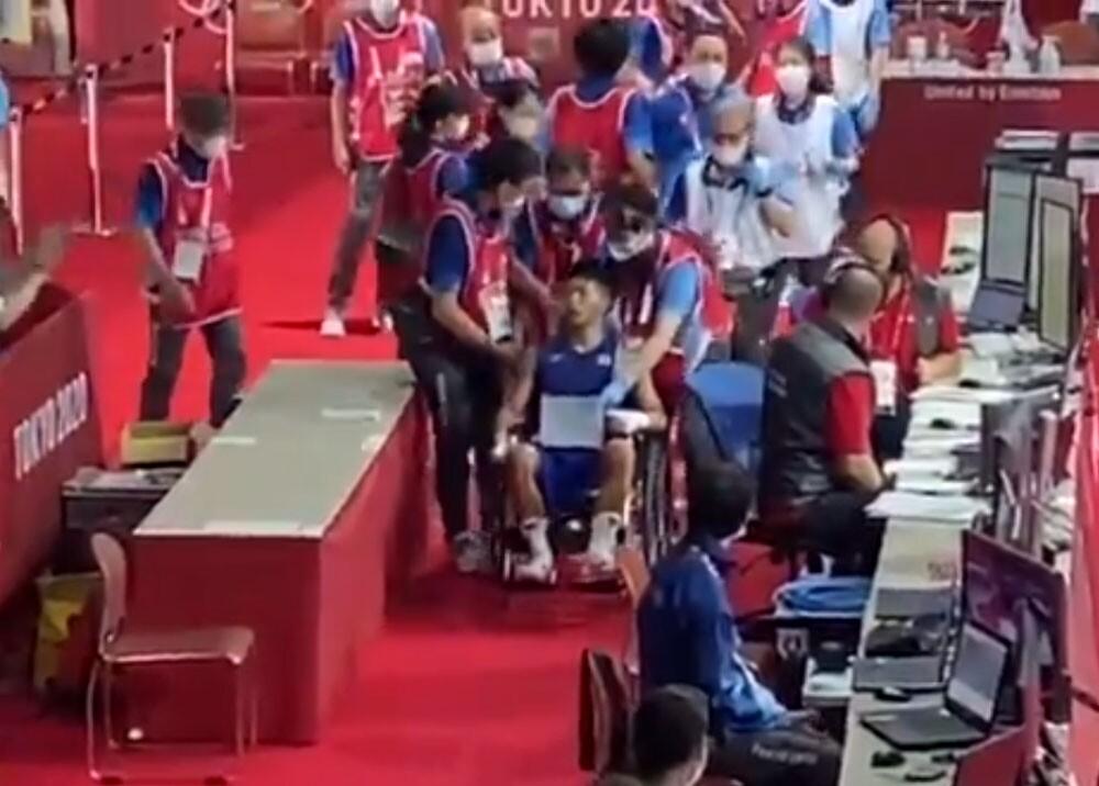 tanaka en silla de ruedas tras pelea con yuberjen.jpg