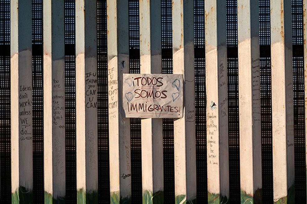 """""""Todos somos inmigrantes"""", letrero en la frontera"""