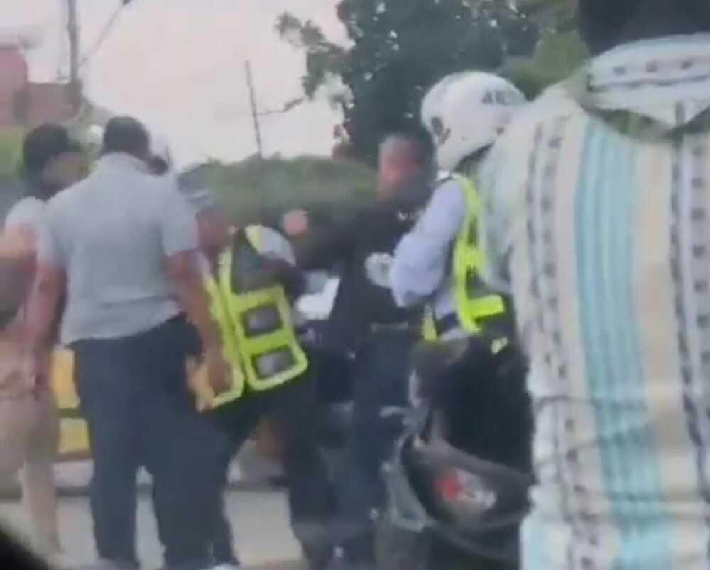 Pelea entre escolta de la UNP y policía de tránsito.