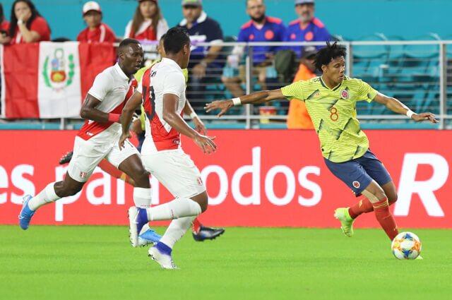 Yairo Moreno en acción del juego Colombia frente a Perú, en Estados Unidos.