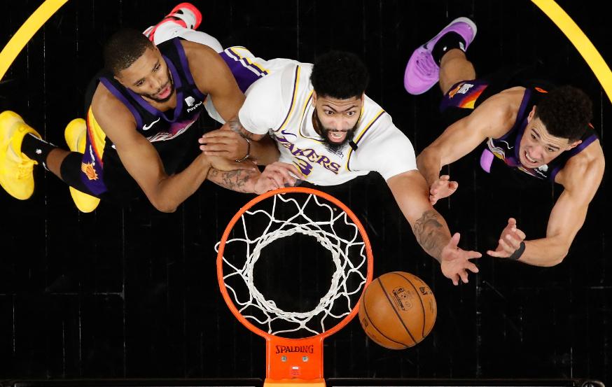 Suns y Lakers en juego de playoffs de la NBA.