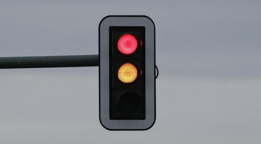Hombre instaló semáforo frente a su casa para evitar que los carros la dañen
