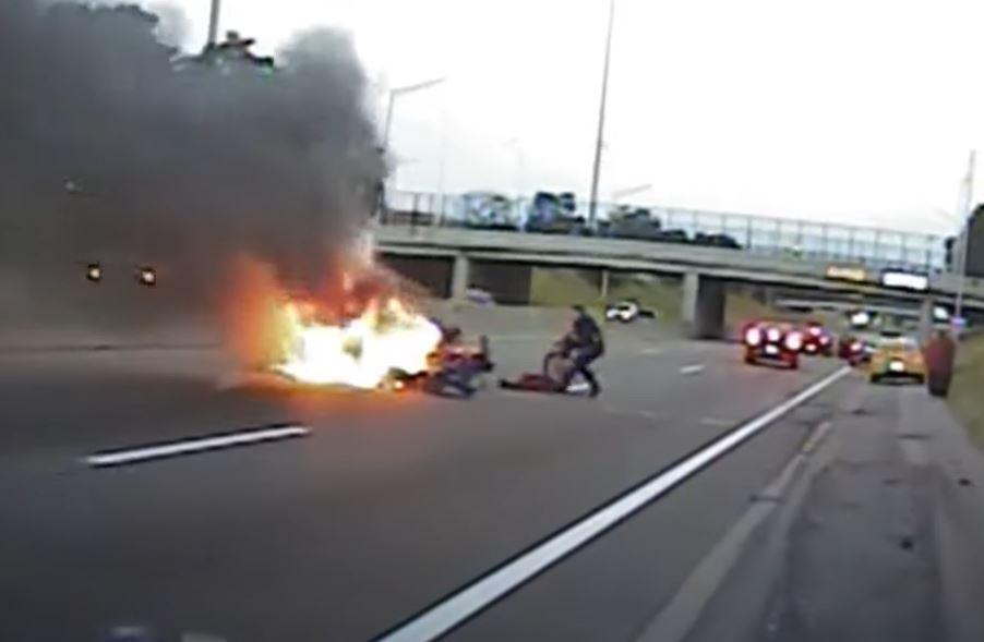policia salva a conductor del incendio de su carro