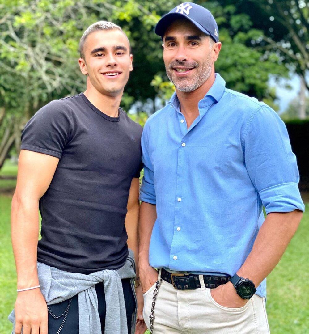 Juan Pablo Ángel y su hijo sin camisa