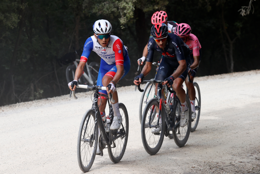 Egan Bernal en uno de los tramos de sterrato de la etapa 11 del Giro de Italia.