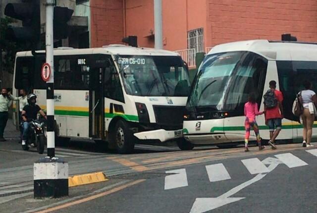 accidente-del-tranvia-y-un-bus-del-metro.jpg