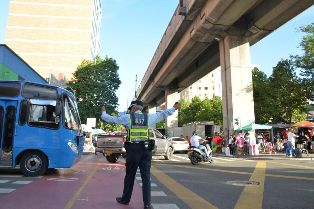 Agente de tránsito en calles de Medellín.JPG