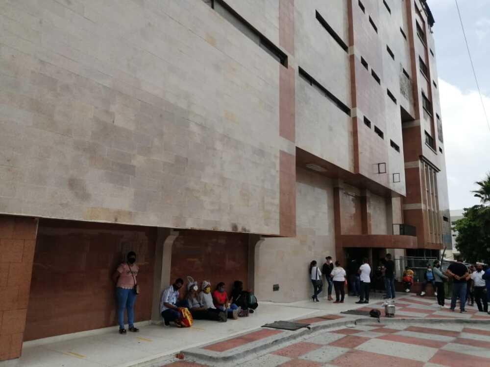 370358_BLU Radio // Familiares de heridos en Tasajera, a las afueras de la clínica en Barranquilla // Foto: BLU Radio
