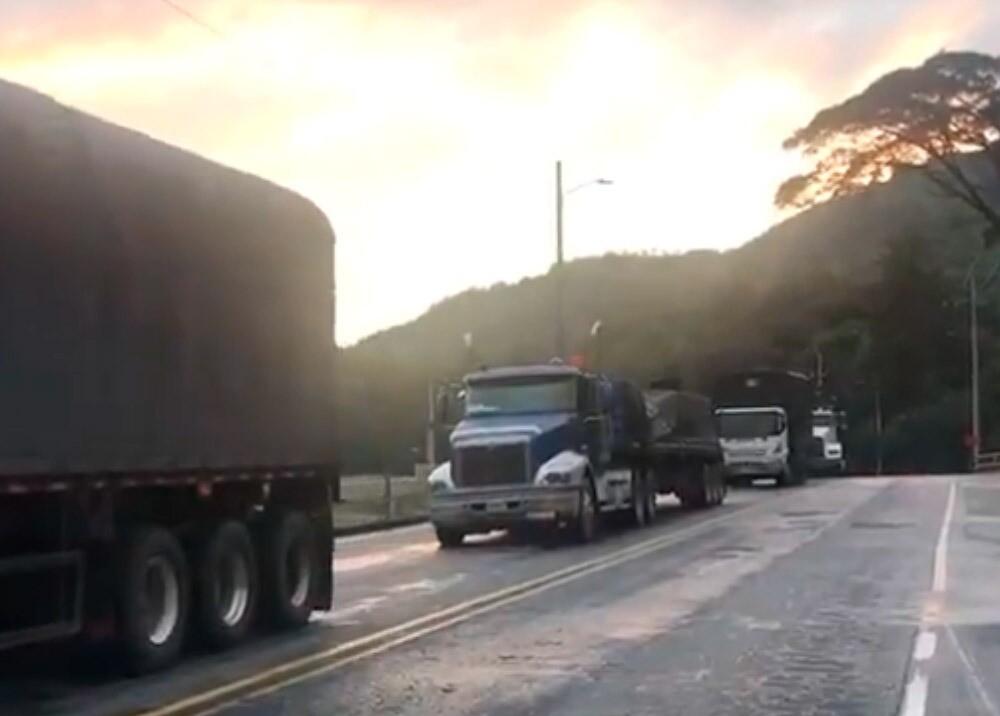 Paso lento en la vía al Alto de La Línea : Foto: Twitter @Ondas1470.jpeg