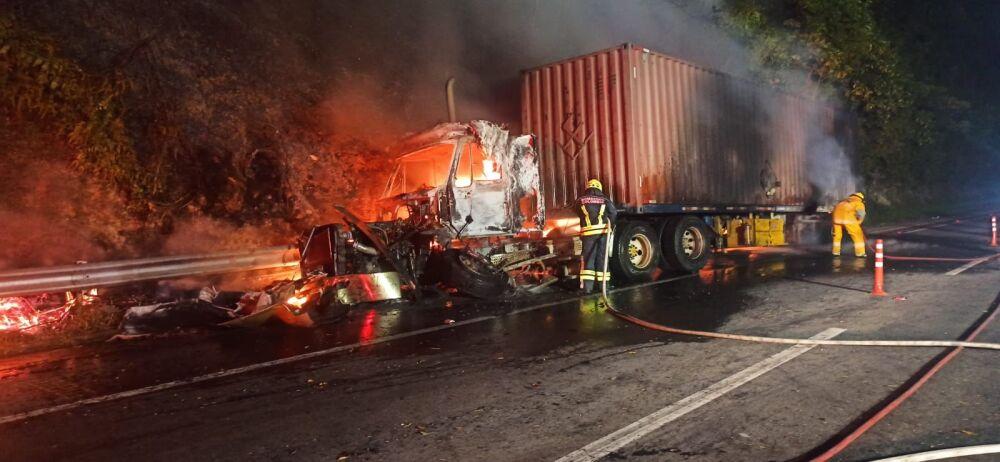 incendio de camion en via bogota medellin.jpeg