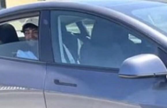 Hombre que viaja en un carro que no tenía conductor