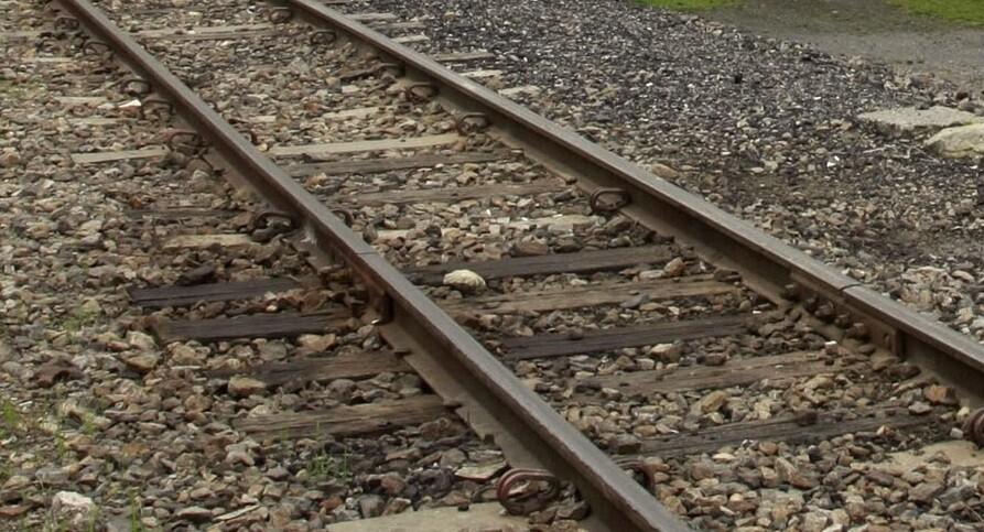 Joven se quedó dormido en las vías del tren