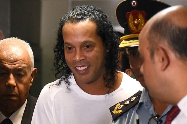 332508_ronaldinho-policia-paraguay-100320-afpe.jpg