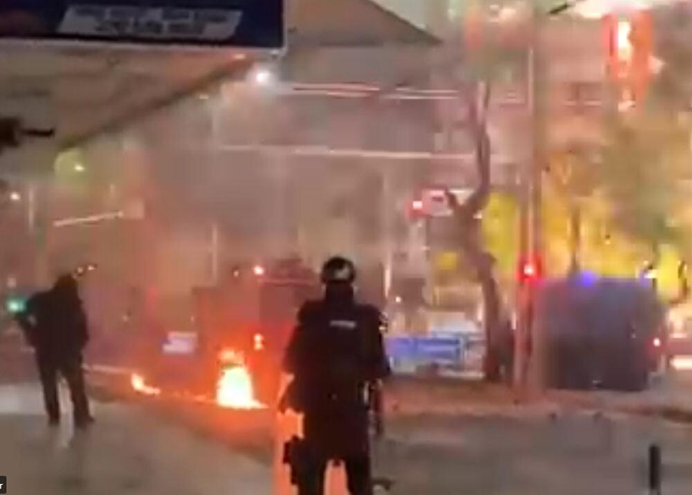 disturbios a las afueras del romelio martinez de barranquilla.jpg