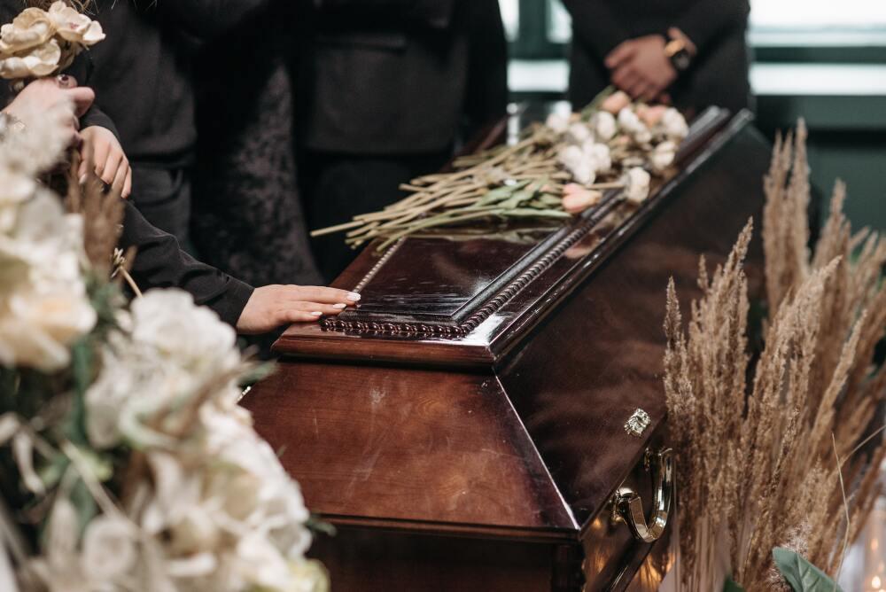 Amigos de un delincuente en Ecuador celebraron su funeral bailando sobre el ataúd