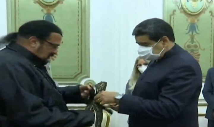 Steven Seagal regala espada a Nicolás Maduro