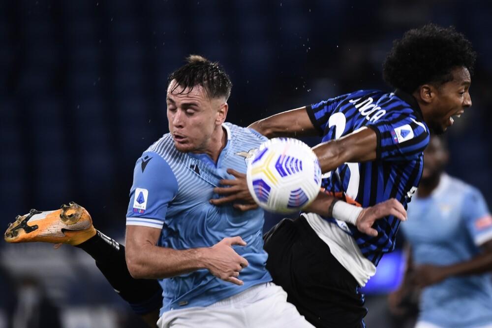 Johan Mojica pelea un balón contra la Lazio en juego de su equipo, el Atalanta - AFP.jpeg