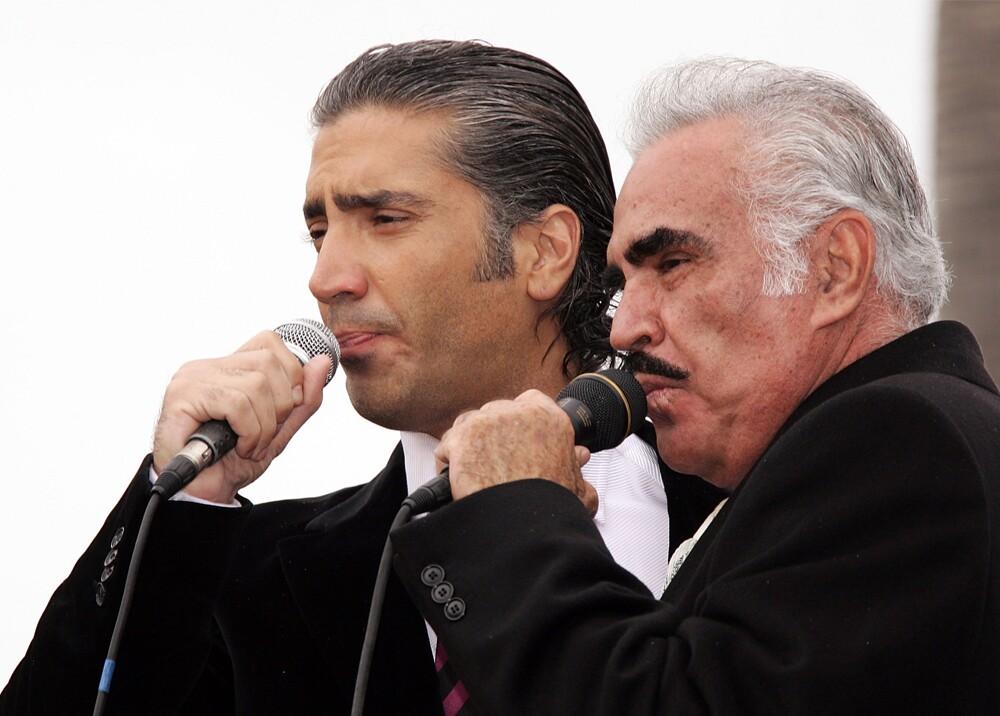 19320_Vicente Fernández y Alejandro Fernández en los Latin Grammy 2019 - Foto AFP