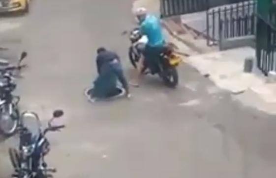 Ladrón intentó robarse la tapa de una alcantarilla en Medellín.