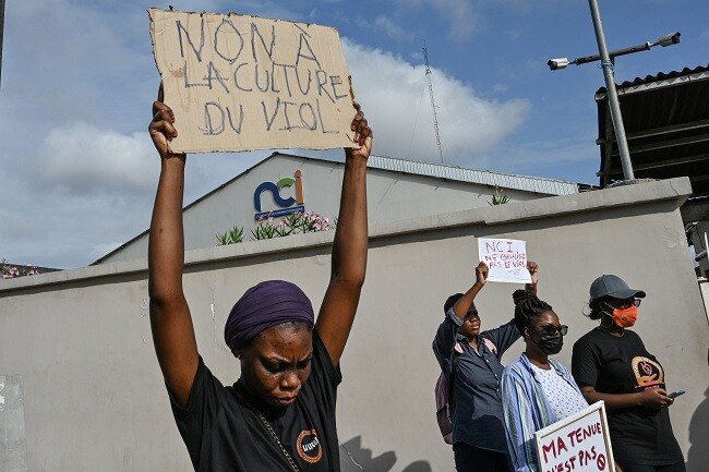 protesta contra canal de costa de marfil que mostro simulacion de violacion