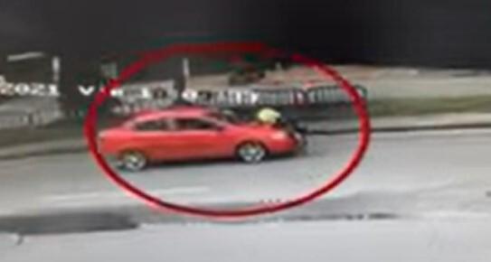 conductor arrastra policia de transito .jpg