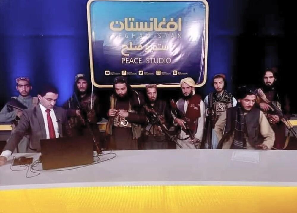 Coerción de talibanes, a punta de fusil, en la televisión afgana.jpg