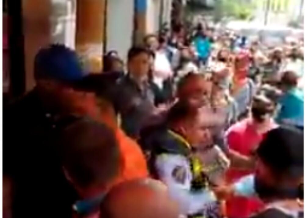 Video: Buscan a responsables de agredir a un agente de tránsito en el centro de Medellín