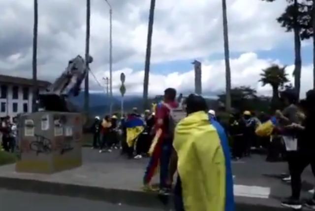 momento en el que tumban estatua de Santander en Manizales.