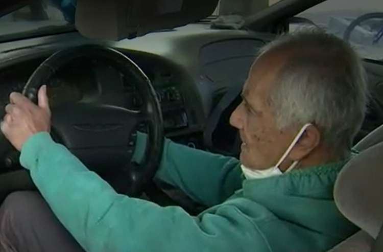 ayuda a profesor que vive en un carro.png