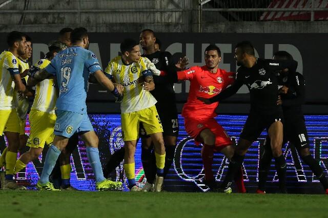 Bragantino y Rosario Central se fueron a los golpes en Copa Sudamericana